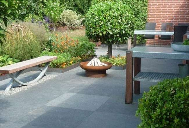Thors Oftal bench, fire pit and Savra outdoor kitchen