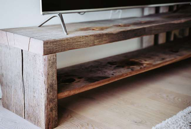 Details on TV table with shelf